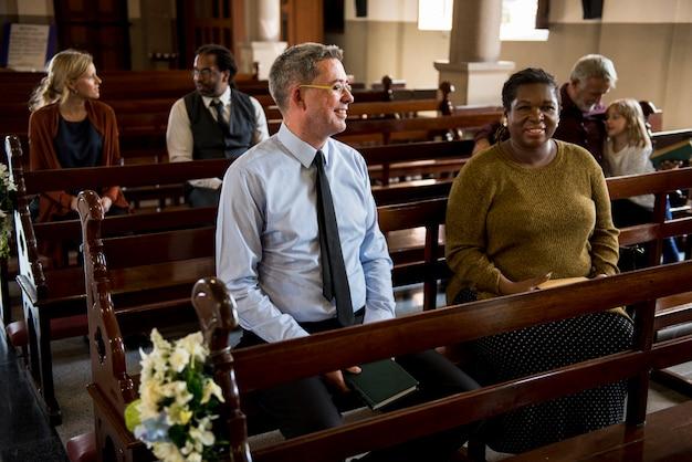교회 사람들은 신앙을 믿는다