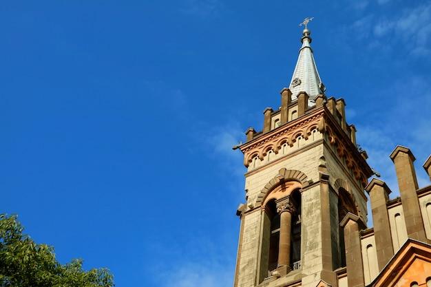 선명하고 맑은 푸른 하늘을 배경으로 한 교회의 화려한 종탑