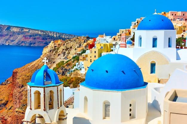 그리스 산토리니 섬의 이아에 파란색 돔이 있는 교회