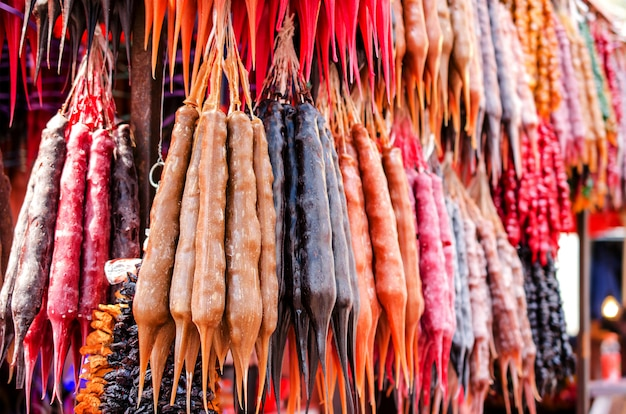 ストリートマーケットでの伝統的なアジアのデザートchurchkhela。