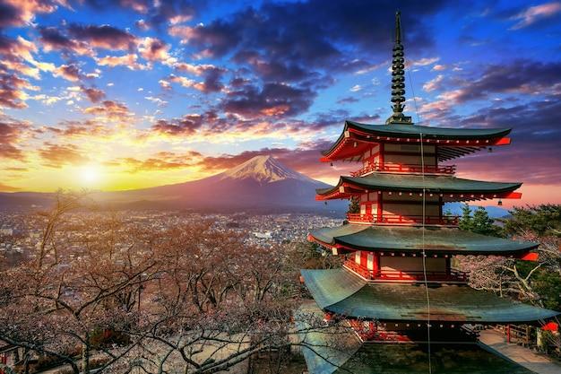 日本の日没時の忠霊塔と富士山。