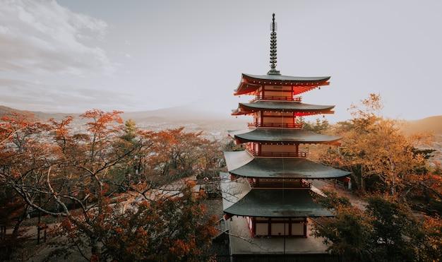 Пагода чурейто на горе фудзи. красивые японские достопримечательности и пейзажи