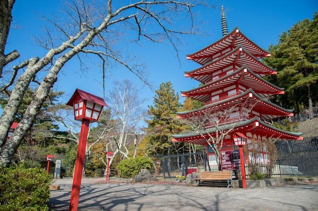 朝は浅間塔、秋は日本