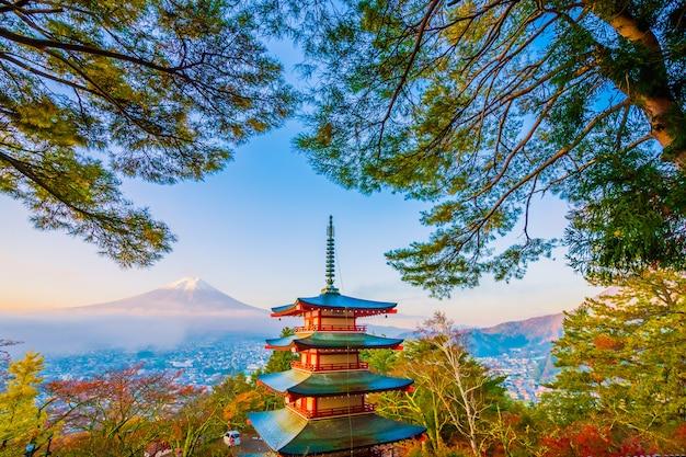 Красивый пейзаж горного фуджи с chureito pagoda вокруг дерева кленового листа осенью