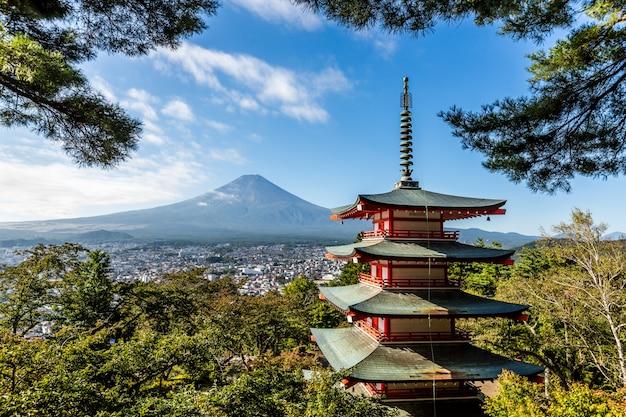 Красная пагода chureito в октябре в яманаси, япония