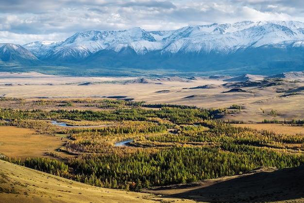 ロシアのアルタイ山脈の秋に地平線上にあるクライステップ北チュイスキー山脈のチュヤ川