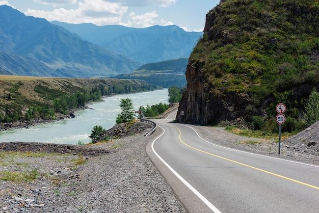 Чуйский тракт в горах алтая. одна из самых красивых дорог в мире.
