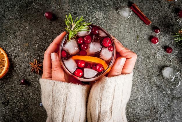 Chwomanはクランベリー、オレンジ、ローズマリー、スパイスと冷たいカクテルを飲みます