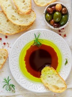 チャバタとオリーブオイルとバルサミコ酢のソース