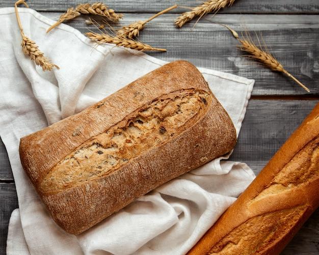 テーブルの上の小麦とチャバタのパン