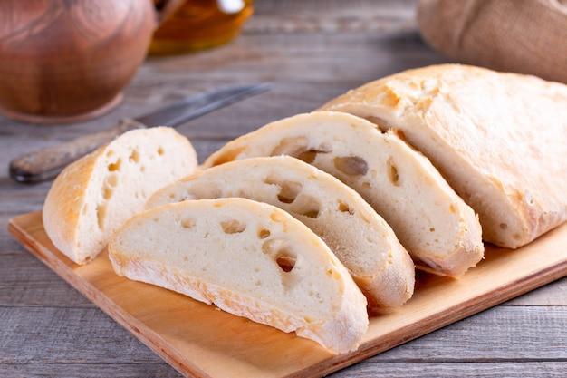 Ciabatta. 나무 배경에 신선한 이탈리아 ciabatta 빵입니다. 갓 구운 빵