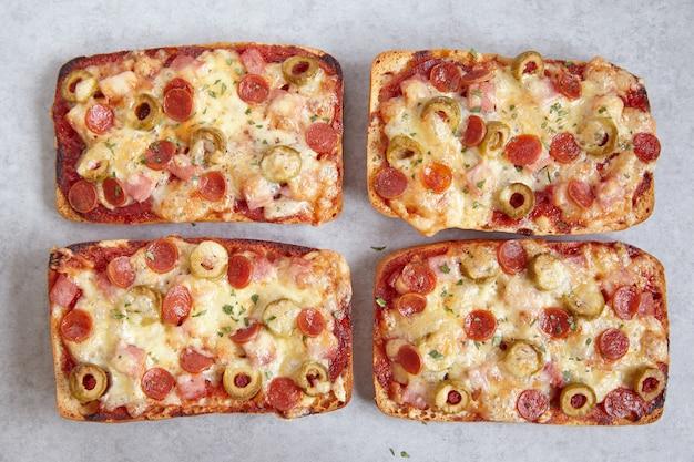 ミニペパロニのチャバタピザ