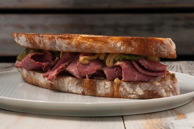牛肉、きゅうり、マスタードソースのチャバタサンドイッチ。