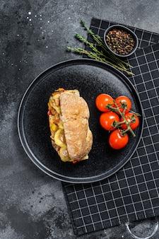 チャバタサンドイッチ、ミートボール、チーズ、トマトソース