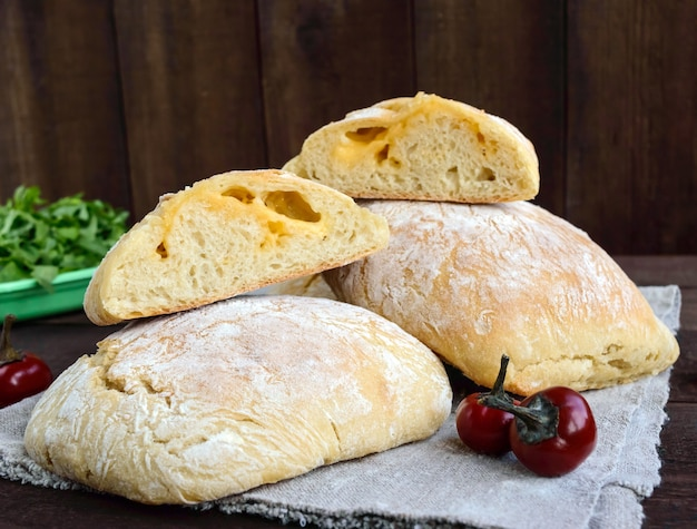 焼きたてのイタリアン白パンにチーズを詰めたチャバタ