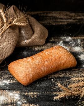 テーブルの上の小麦とチャバットブレッドと