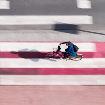 스페인 빌바오의 거리에 있는 자전거 타는 사람