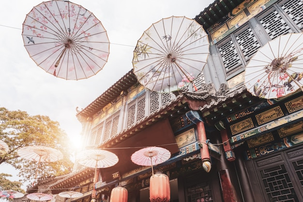 周cient古鎮の街路と傘