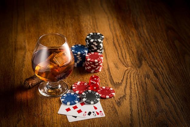 Sigaro, fiches per giochi d'azzardo, bevande e carte da gioco