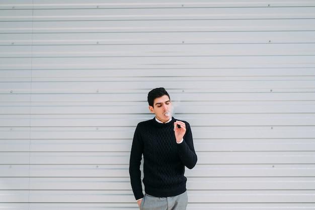 담배 중독. 건강에 해로운 습관. 폐암의 위험. 흡연을 즐기고 그것으로부터 즐거움과 만족을 얻는 남자. 여유 공간 개념