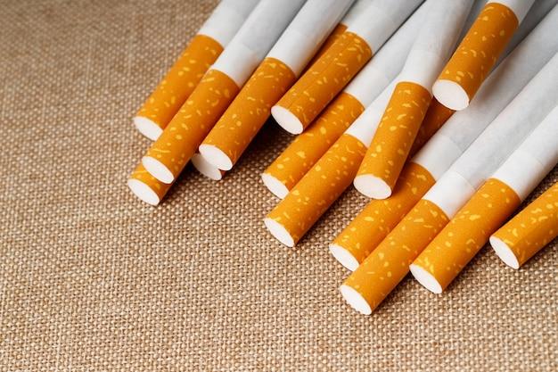 木製の背景にタバコ