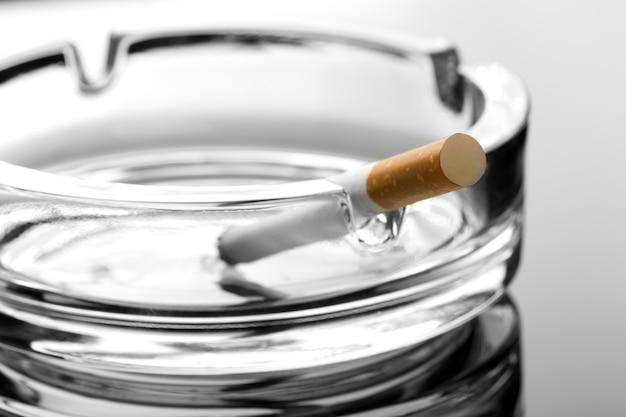 灰皿のタバコ