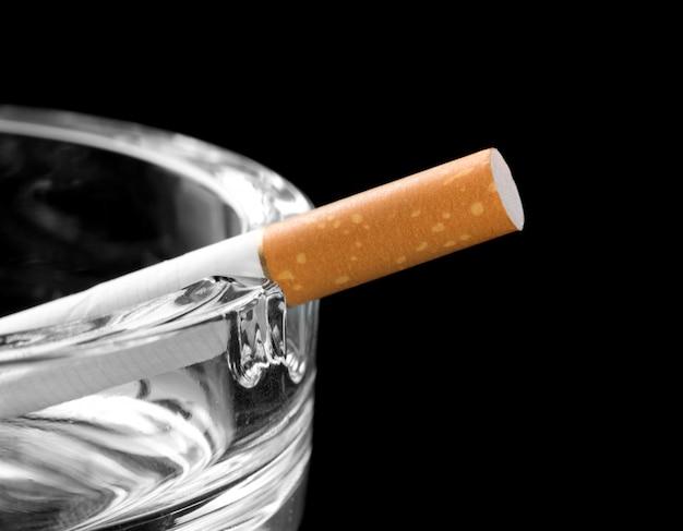 灰皿にたばこ