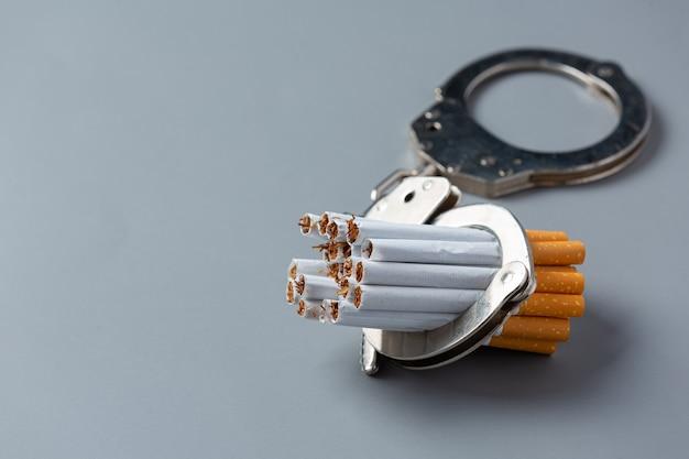 어두운 표면에 담배 세계 담배 하루 개념입니다.