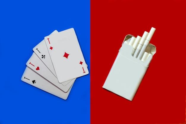 담배와 카드 담배는 빨간색 배경에, 카드는 파란색 배경에