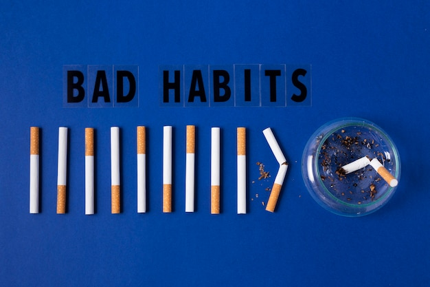 Sigarette su sfondo blu