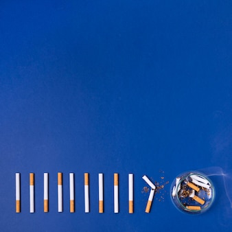 Сигареты кадр на синем фоне