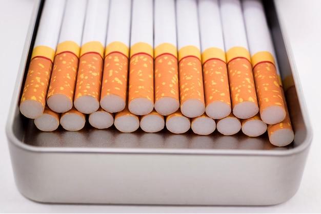 金属製のボックスが白い背景で隔離のタバコ