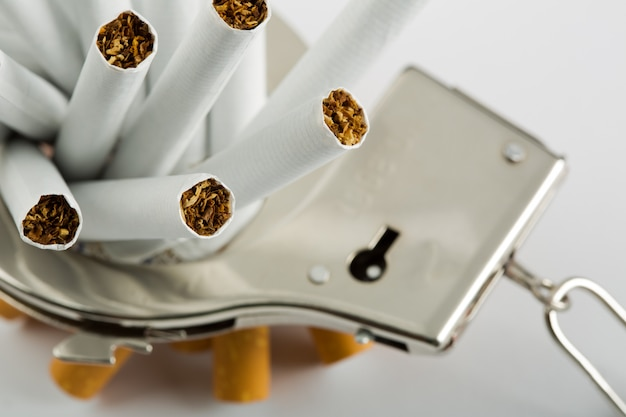 Сигареты заперты на наручники