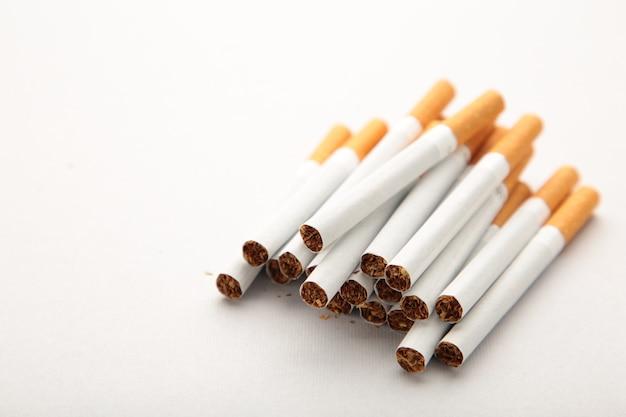 Сигареты на сером фоне с копией пространства. вид сверху.