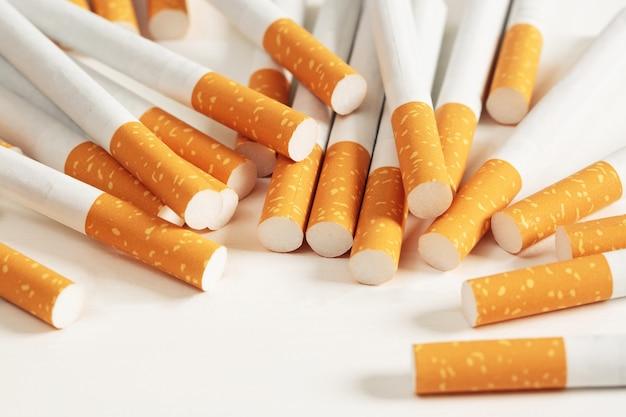 白い背景の上に置かれたタバコ