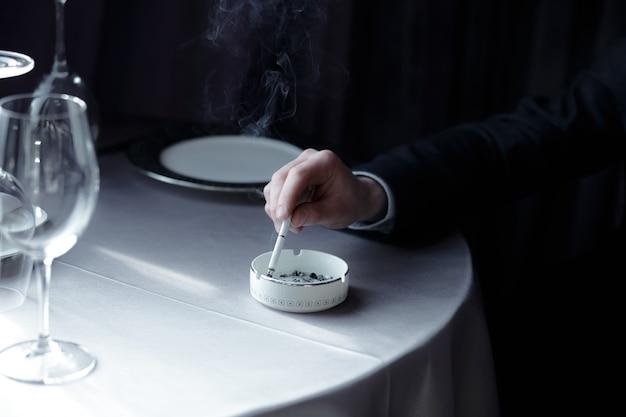 タバコ。タバコを消します。