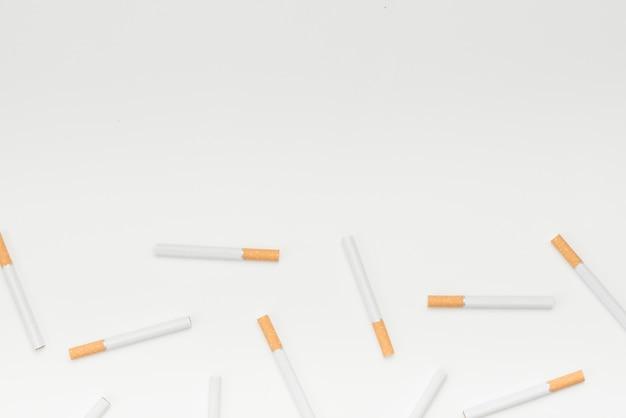 Sigarette su sfondo bianco con spazio di copia per messaggio di testo