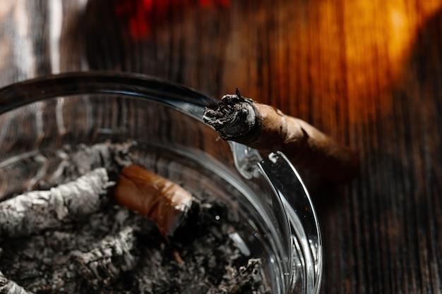 Сигары в пепельнице крупным планом