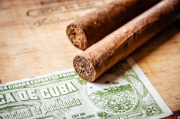 쿠바 공식 세금 스티커와 함께 빈티지 나무 상자에 시가