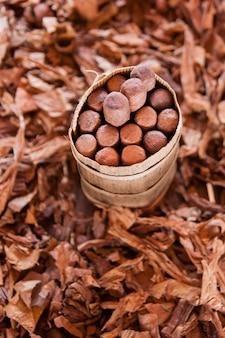 乾燥したタバコの葉に葉巻パッケージ