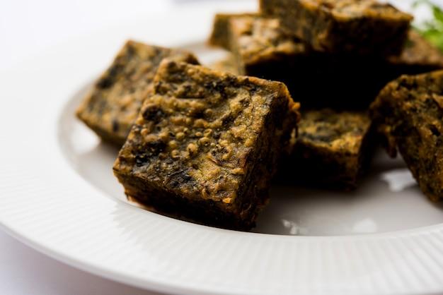 Пирог с кинзой или котимбир вади - популярная махараштрийская кухня, приготовленная из листьев кинзы. подается с томатным кетчупом. выборочный фокус