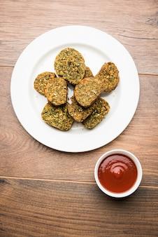 コリアンダーケーキまたはkothimbirvadiは、コリアンダーの葉で作られた人気のマハラシュトリア料理です。