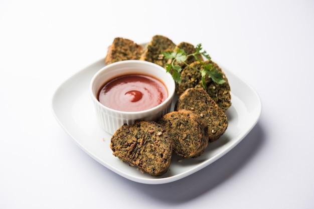 실란트로 케이크 또는 kothimbir vadi는 실란트로 잎으로 만든 인기 있는 마하라슈트리아 요리입니다