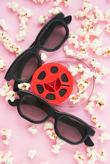 Concetto di cinema con occhiali e rotolo di pellicola