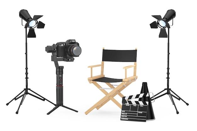 영화 산업 개념입니다. 흰색 배경에 감독 의자, 영화 클래퍼 및 스포트라이트 근처의 dslr 또는 비디오 카메라 짐벌 안정화 삼각대 시스템. 3d 렌더링