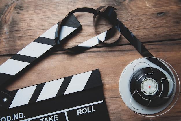 机の上の映画館の映画のカチンコ