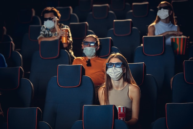 Cinema cinema durante la quarantena pandemia di coronavirus regole di sicurezza distanza sociale durante