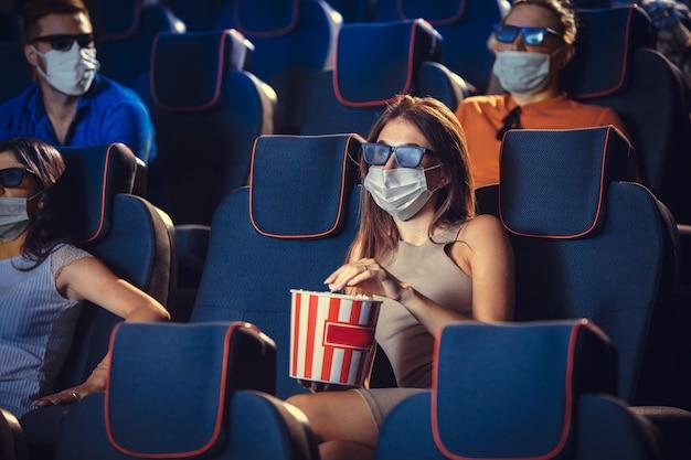 검역 중 영화관 영화관 코로나 바이러스 전염병 안전 규칙 사회적 거리