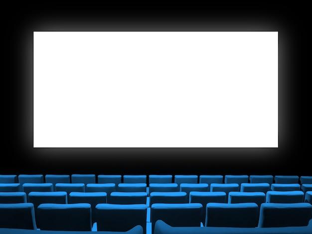 Кинотеатр кинотеатр с синими бархатными сиденьями и пустым белым экраном. скопируйте космический фон