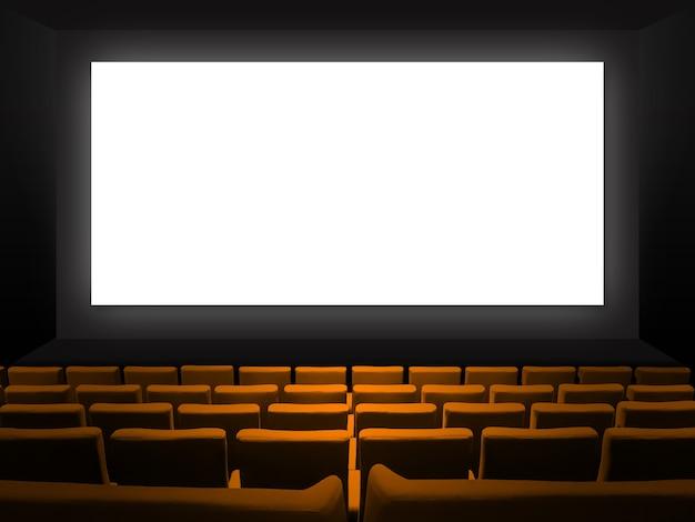 주황색 벨벳 좌석과 빈 흰색 화면이있는 영화관. 공간 배경 복사